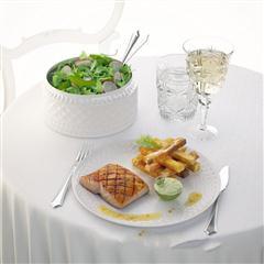 鱼排沙拉和餐具