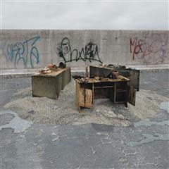 废弃家具 桌子 书桌